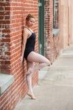 年轻芭蕾女孩和老大厦 库存照片