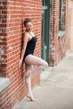 年轻芭蕾女孩和老大厦 免版税图库摄影