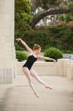 芭蕾女孩展示力量和平衡 免版税库存照片