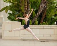 芭蕾女孩展示力量和平衡 库存照片