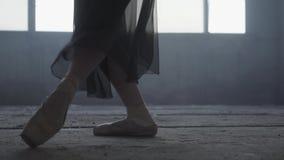 芭蕾实践 年轻芭蕾舞女演员的美好的脚pointe鞋子的 跳芭蕾舞者的美好的亭亭玉立的优美的腿 股票视频