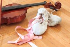 芭蕾拖鞋和小提琴 免版税库存图片