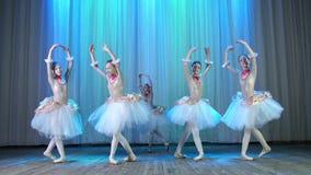 芭蕾排练,在老剧院大厅的阶段 庄重装束和pointe鞋子的,舞蹈年轻芭蕾舞女演员 股票视频