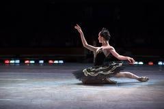 芭蕾舞团首席女演员跳舞 库存照片