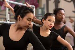 芭蕾舞女演员严重的年轻人 免版税图库摄影