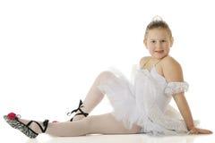 芭蕾舞女演员休息的年轻人 免版税库存照片