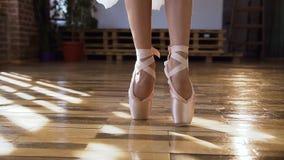 芭蕾舞女演员优美的脚特写镜头在跳舞在木地板上的芭蕾舞鞋的芭蕾元素在芭蕾类 跳舞 股票视频