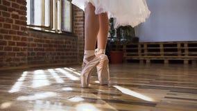 芭蕾舞女演员优美的脚特写镜头在跳舞在木地板上的芭蕾舞鞋的芭蕾元素在芭蕾类 跳舞 股票录像