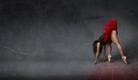 芭蕾舞女演员喜欢一个运动赛跑者 图库摄影