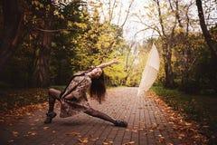 芭蕾舞女演员在公园 免版税库存照片
