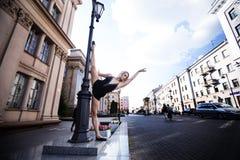芭蕾舞女演员在大城市 库存照片