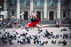 芭蕾舞女演员在天空中的做分裂 免版税库存图片