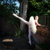 芭蕾舞女演员在庭院里 库存照片