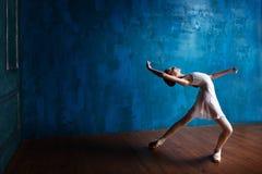 年轻芭蕾舞女演员在演播室跳舞 库存照片