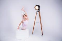 年轻芭蕾舞女演员在演播室跳舞 免版税库存图片