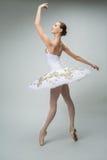 芭蕾舞女演员在演播室 免版税库存照片