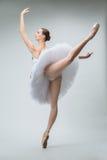 芭蕾舞女演员在演播室 库存照片