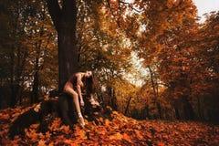 年轻芭蕾舞女演员在秋天公园跳舞早晨 免版税库存照片