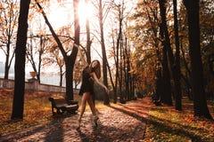 年轻芭蕾舞女演员在秋天公园跳舞早晨 免版税库存图片