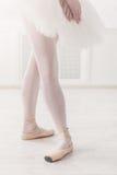 芭蕾舞女演员在第四个位置的腿特写镜头 库存图片