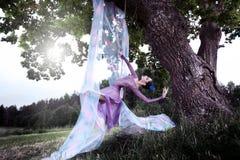 芭蕾舞女演员在老橡木的树摇摆 库存图片