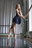芭蕾舞女演员在舞厅里 库存图片