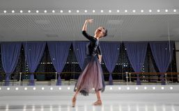 芭蕾舞女演员在训练大厅里 免版税图库摄影