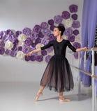 芭蕾舞女演员在训练大厅里 免版税库存照片