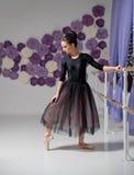芭蕾舞女演员在训练大厅里 免版税库存图片