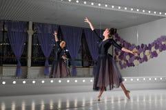 芭蕾舞女演员在训练大厅里 库存照片