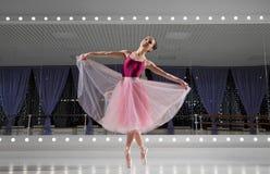 芭蕾舞女演员在训练大厅里 图库摄影