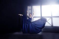 芭蕾舞女演员在黑暗的演播室 库存图片