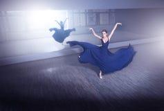 芭蕾舞女演员在黑暗的演播室 免版税库存图片