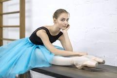 芭蕾舞女演员坐桌 库存照片