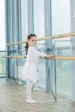 芭蕾舞女演员女孩一点 跳舞古典芭蕾的可爱的孩子我 免版税库存图片