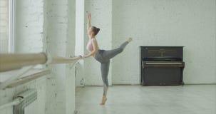 芭蕾舞女演员实践的态度在舞蹈演播室 股票录像