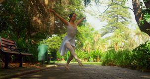 芭蕾舞女演员实践的芭蕾舞蹈在公园4k 股票录像