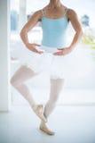 芭蕾舞女演员实践的芭蕾舞蹈 免版税图库摄影