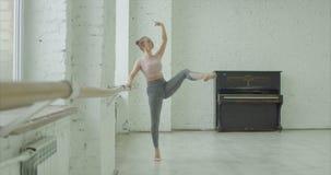 芭蕾舞女演员实践的terboushon在舞蹈演播室 影视素材