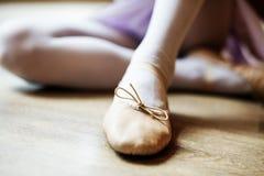 芭蕾舞女演员平衡芭蕾舞蹈艺术性的执行者概念 免版税库存照片