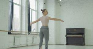 芭蕾舞女演员执行的soutenu在舞蹈演播室 股票视频