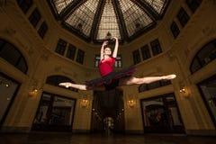 芭蕾舞女演员执行者在城市 免版税库存照片