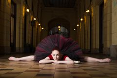 芭蕾舞女演员执行者在城市 免版税库存图片