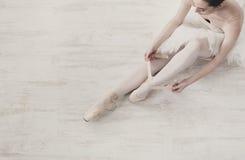 芭蕾舞女演员投入pointe芭蕾舞鞋,优美的腿 库存图片