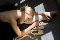 芭蕾舞女演员放松 库存照片
