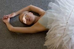 芭蕾舞女演员放松 免版税库存图片