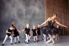 芭蕾舞女演员教女孩 免版税图库摄影