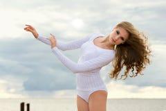 芭蕾舞女演员海滩跳舞 免版税库存照片