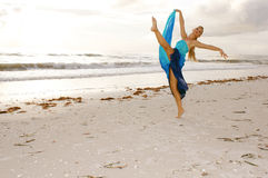 芭蕾舞女演员海滩 免版税库存照片
