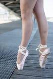 从芭蕾舞女演员的两只脚 免版税图库摄影